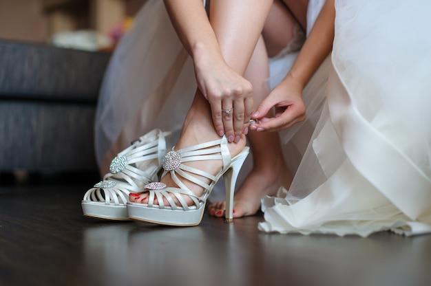 花嫁は結婚式のための白い靴を履く Premium写真