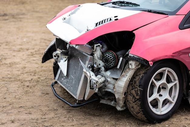 道路での衝突事故による破損した車 Premium写真