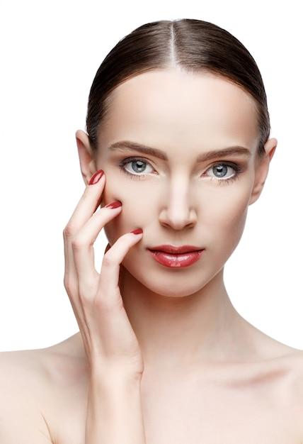 Красивая женщина с чистой свежей кожей Premium Фотографии