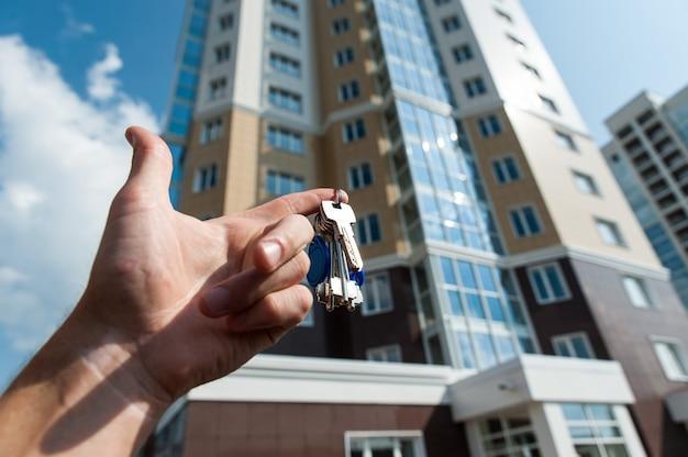 Многоэтажный жилой дом на фоне голубого неба Premium Фотографии