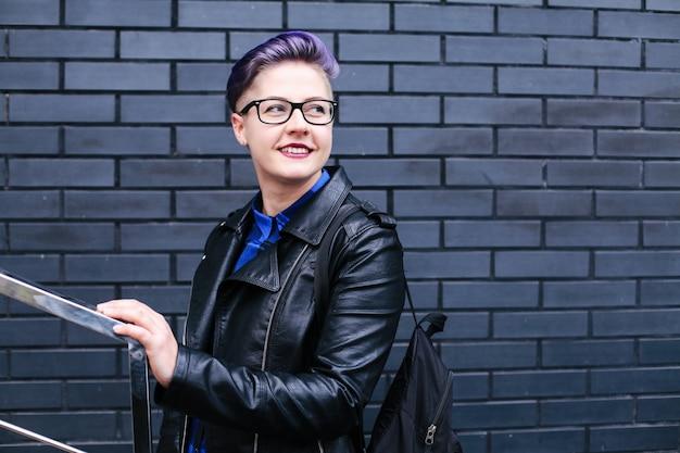 Портрет милой красивой молодой женщины с короткой стрижкой и модной одеждой Premium Фотографии
