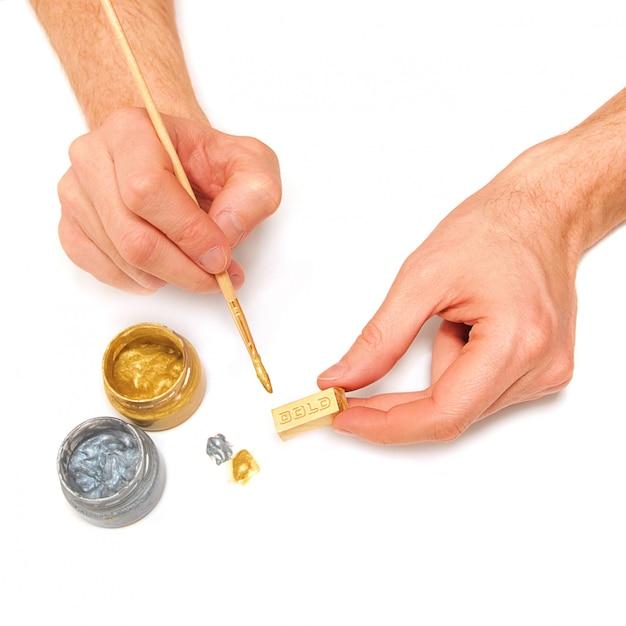 男は金の延べ棒を作る Premium写真
