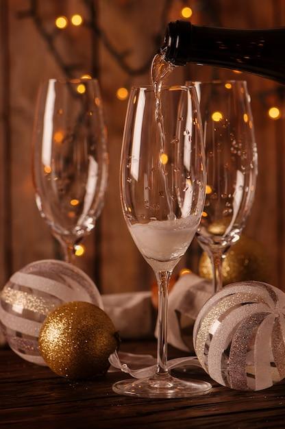 Бокалы шампанского на новогоднем фоне Premium Фотографии