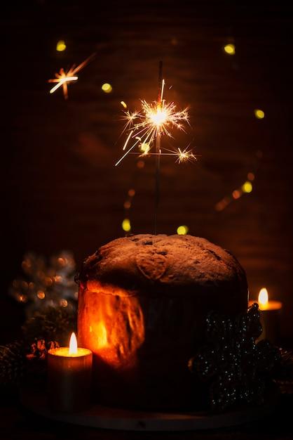 Типичный итальянский панеттоне и бенгальские огни Premium Фотографии