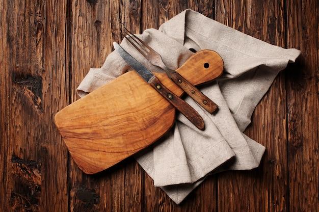 Разделочная доска на старинный деревянный стол Premium Фотографии