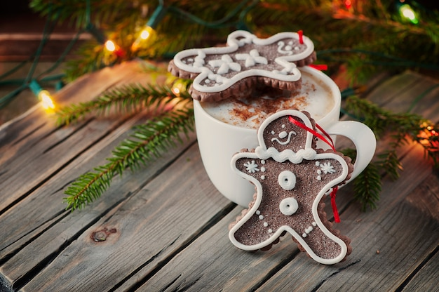 木製のテーブルでクリスマスのジンジャーブレッド Premium写真