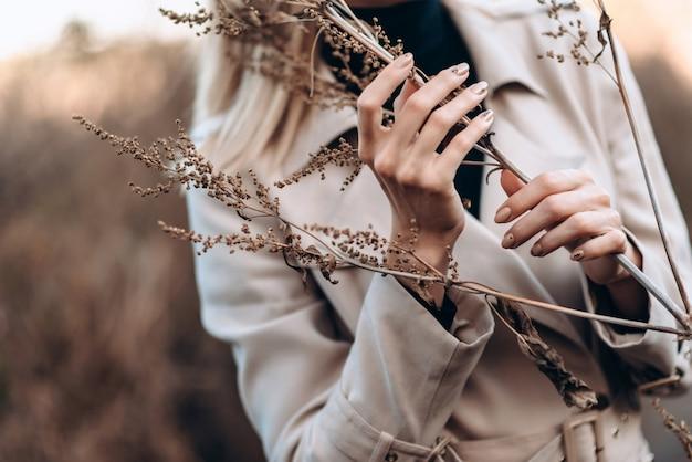 Крупным планом женские руки держит растение. девушка сумасшедшая Premium Фотографии