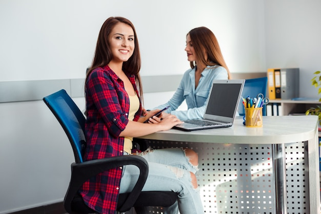 Две женщины, работающие в офисе. Premium Фотографии