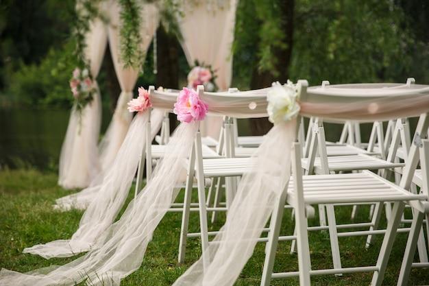 Свадебные стулья для свадебной церемонии Premium Фотографии