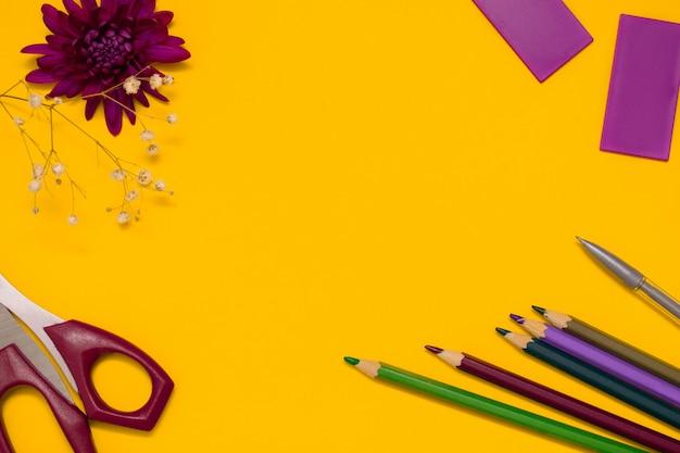 はさみ、カラフルな鉛筆、菊の花。学校のコンセプトに戻るフラットが横たわっていた。 Premium写真