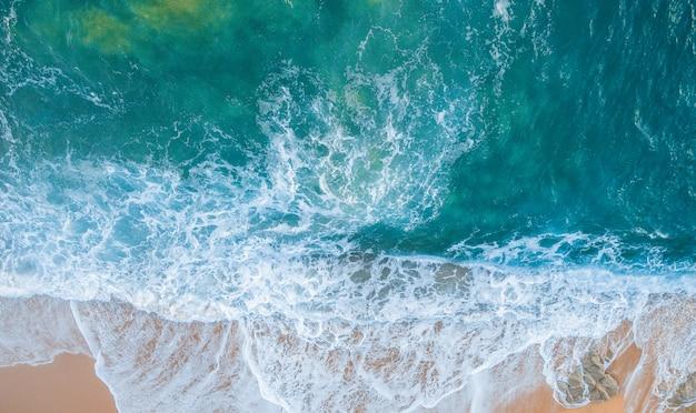 カタルーニャのコスタブラバの空撮。スペインの岩と波でいっぱいのビーチ Premium写真