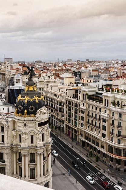 Панорамный вид с воздуха на гран виа, мадрид, столица испании, европа Premium Фотографии
