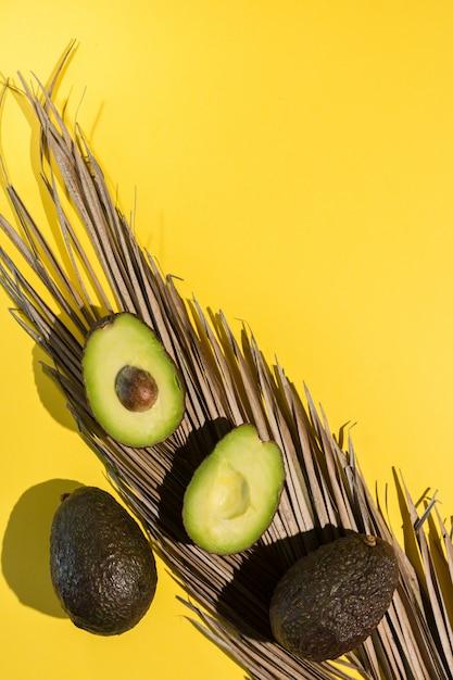 Авокадо на желтом фоне Premium Фотографии