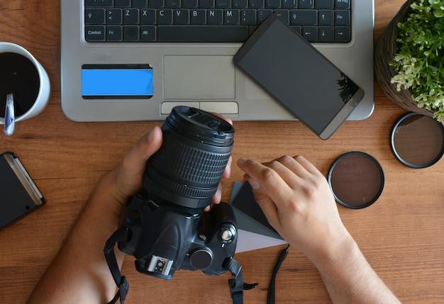 写真機器、カメラ、三脚、フラッシュ、コンピュータを備えたデスクトップ Premium写真