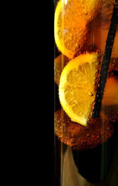 ドリンクコークス氷とレモンを持つガラス Premium写真