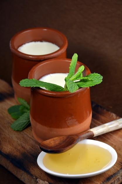 木のスプーンとミントの葉と豆腐のガラス Premium写真