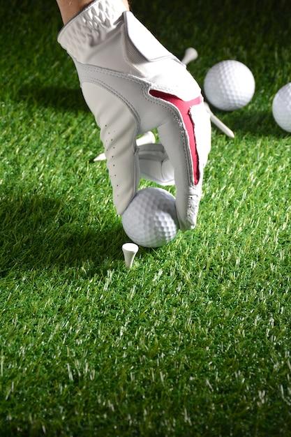 手袋、ボールなどのゴルフ関連のスポーツ用品 Premium写真