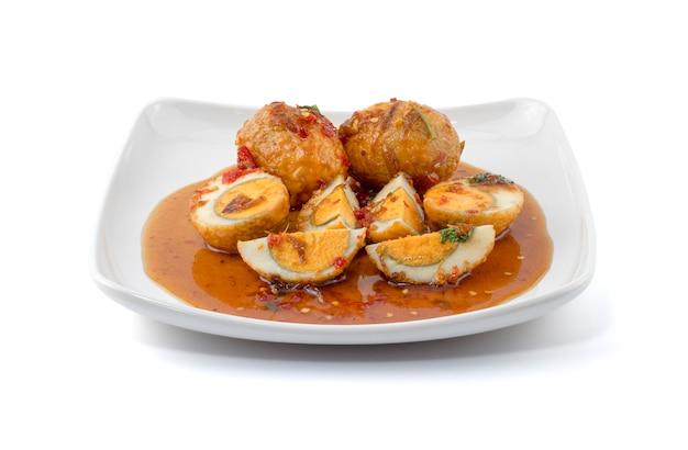 Яйцо с соусом из тамаринда (кай лук кей или яйца зятя) Premium Фотографии