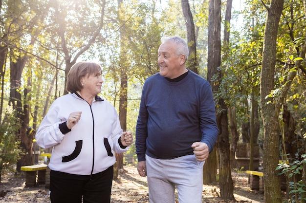 シニアカップルが公園で一緒に話して笑って 無料写真