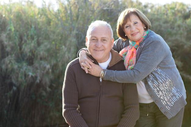 彼女の夫を抱いて高齢女性 無料写真