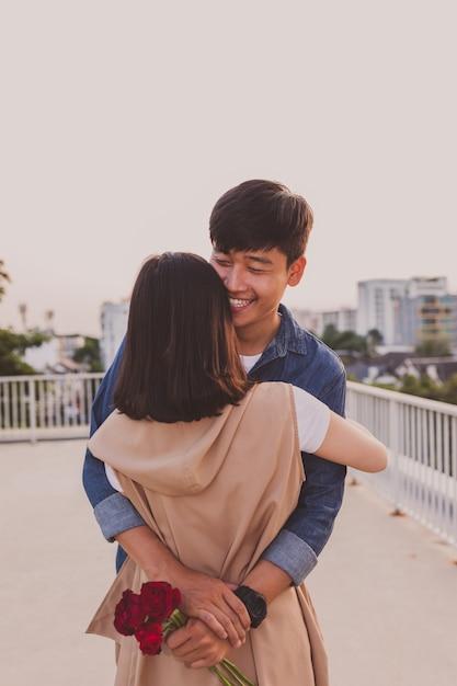 Пара в любви обнял Бесплатные Фотографии