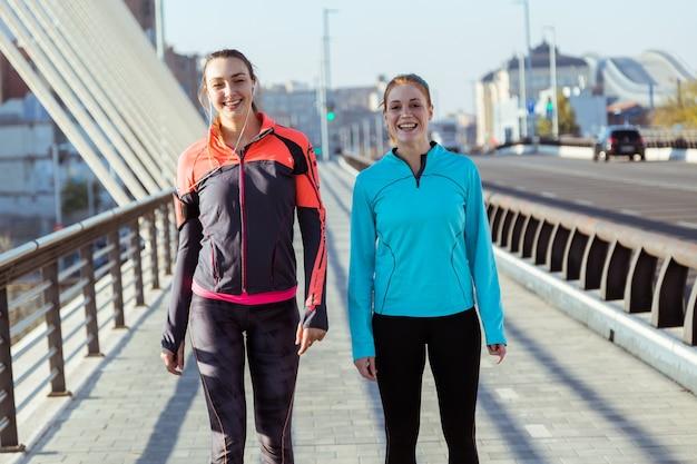 Счастливые молодые женщины в спортивной позы Бесплатные Фотографии