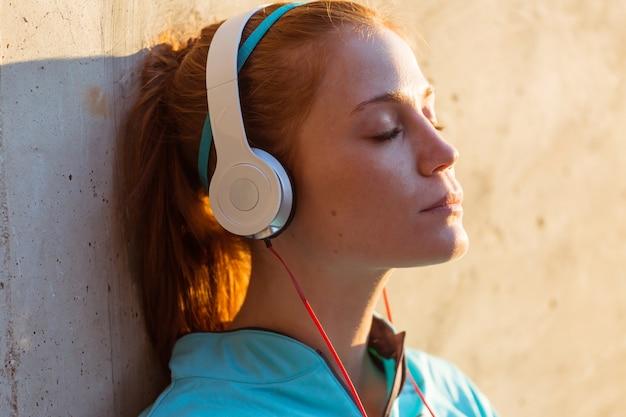 大きな笑顔で音楽を聴くの女の子のクローズアップ 無料写真