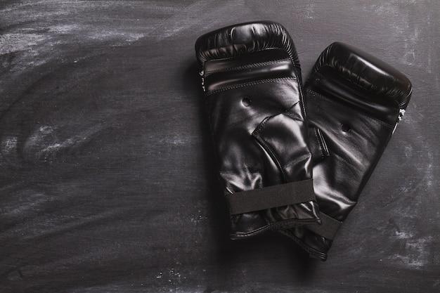 黒板にボクシンググローブ 無料写真