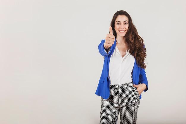 正のジェスチャーを示す笑顔労働者 無料写真