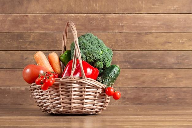 деревянный фон с полной корзиной овощей фото скачать