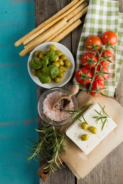 おいしい食材と木製の背景 無料写真