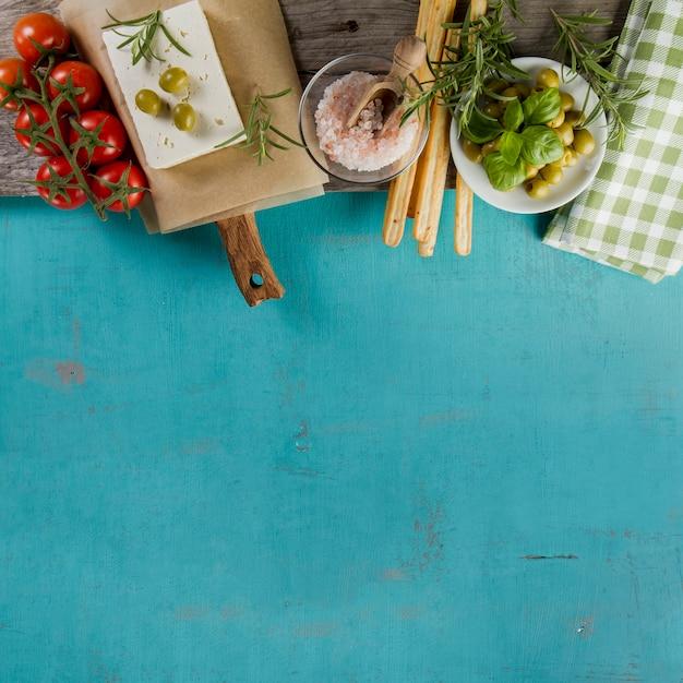 青色の表面上のさまざまな製品 無料写真