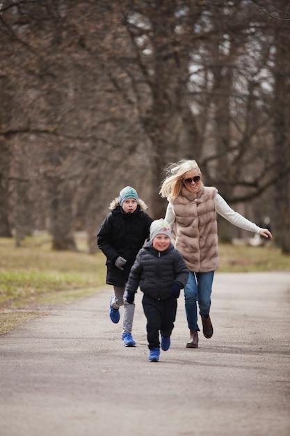 公園で彼女の息子を追っている母 無料写真