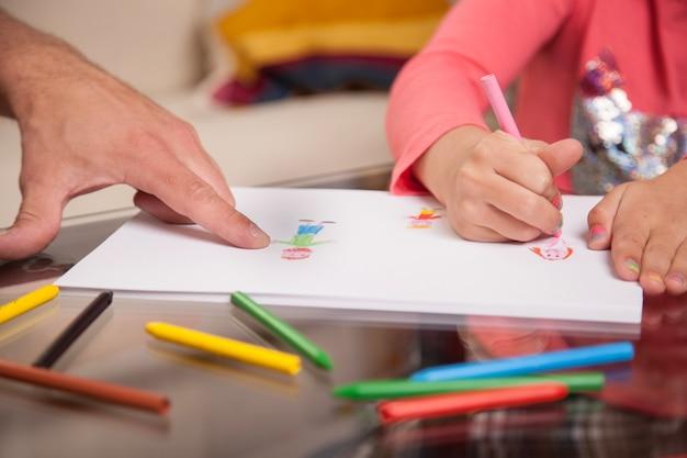 クローズアップ、女の子、描く、彼女の、父、ポインティング 無料写真