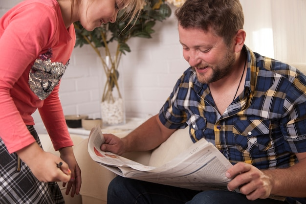 幸せな父親の読書新聞 無料写真