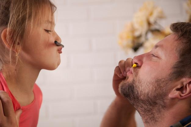 クレヨンで遊ぶ父と娘 無料写真