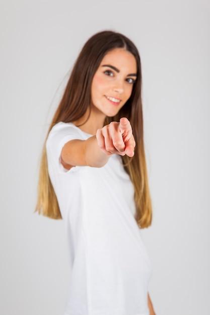 Молодая девушка, указывая вам Бесплатные Фотографии