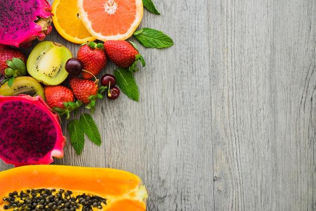 木製の表面上のおいしいフルーツのトップビュー 無料写真