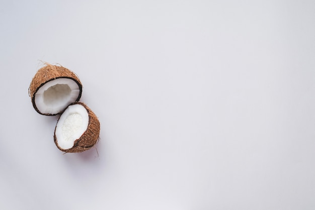 ココナッツを半分にカットした白い表面 無料写真