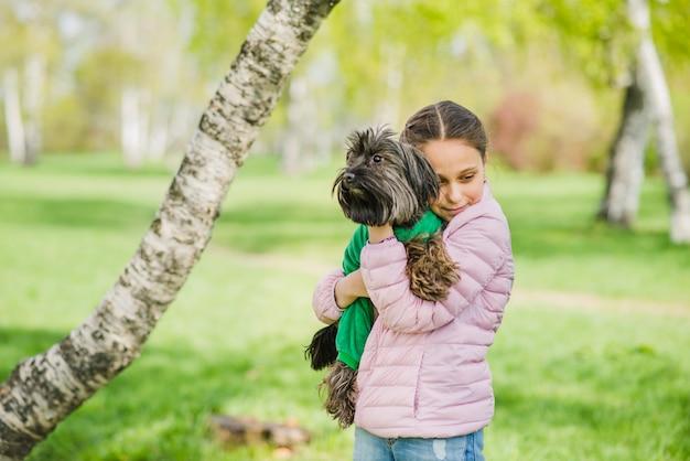 彼女の犬を包む愛情のある女の子 無料写真