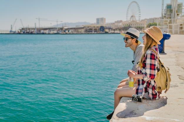 海岸で楽しむ観光客 無料写真