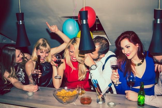 バーで祝う友だち 無料写真