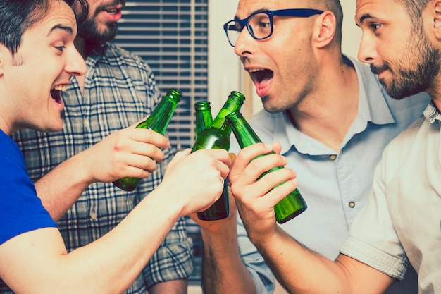 幸せな男はビールのボトルでトーストとジョーク 無料写真