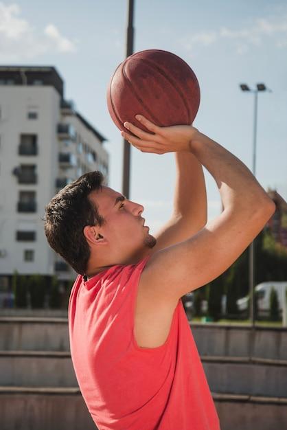 Боковой вид баскетболиста Бесплатные Фотографии