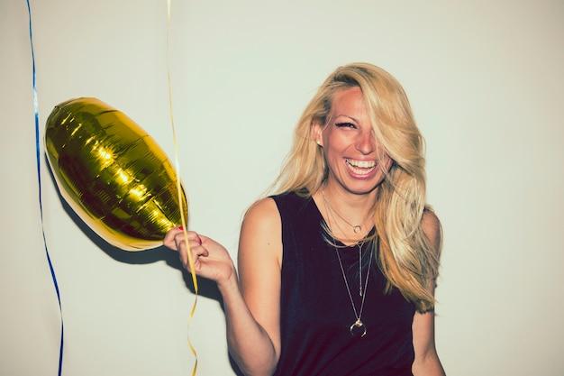 Блондинка с воздушным шаром смеется Бесплатные Фотографии
