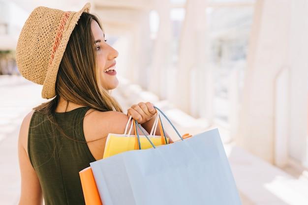 ショッピングバッグ付きのスマイルな女性 無料写真
