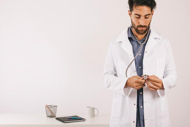Доктор проверяет свой стетоскоп Бесплатные Фотографии