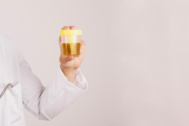 Рука доктора с мочой Бесплатные Фотографии