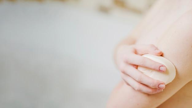 匿名の少女は石鹸で洗う 無料写真