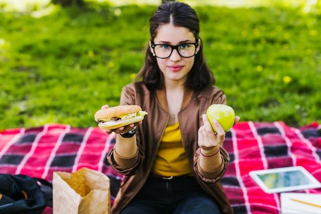 女の子、ハンバーガー、リンゴ、ポーズを取る 無料写真